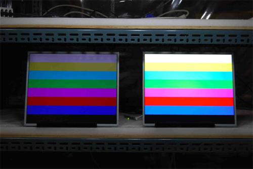 液晶モニター高輝度半透過型(オープンフレーム)組み込み用21.5インチワイド 左:通常輝度 右:弊社高輝度