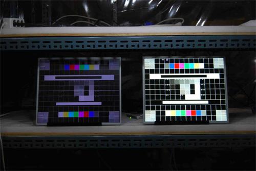 液晶モニター高輝度半透過型(オープンフレーム)組み込み用ワイド32インチ 左:通常輝度 右:弊社高輝度